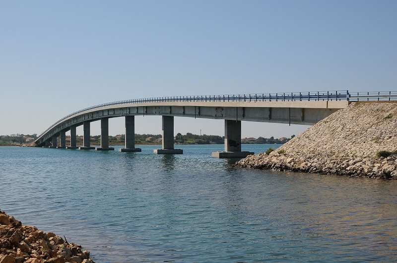 A bridge spanning across the Shellows of Privlaka connects Vir to the mainland